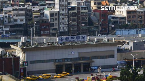 陳傑鳴指出,雖然基隆缺乏高鐵、捷運題材,但房價低,省下的錢足以購買汽車彌補不足。(圖/記者陳韋帆攝影)