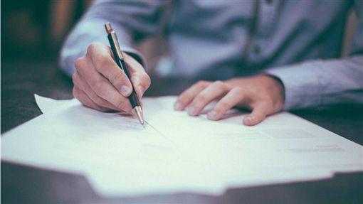明明已經簽好合同,對方卻違約。(示意圖/Pixabay)