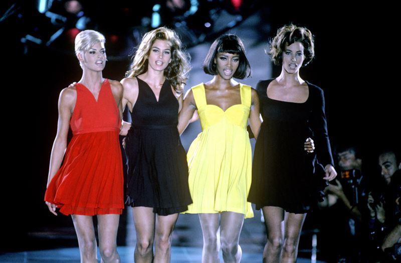 1991年 凡賽斯秋季時裝秀,四大超模 琳達伊凡潔莉絲塔、辛蒂克勞馥、娜歐蜜坎貝兒及克莉絲蒂杜靈頓聯手壓軸登場。(圖/蘋果提供)