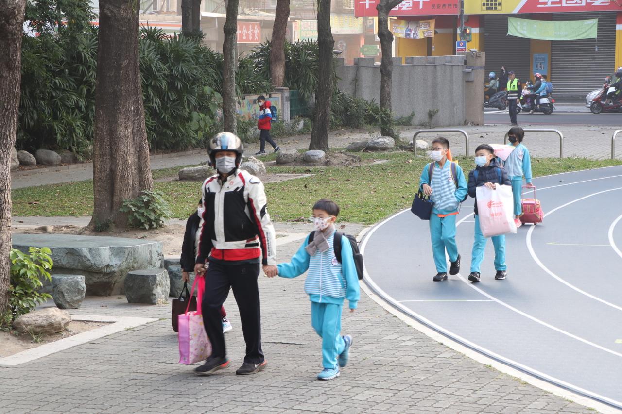 開學防疫…家長陪入學 量溫戴口罩 - Yahoo奇摩新聞