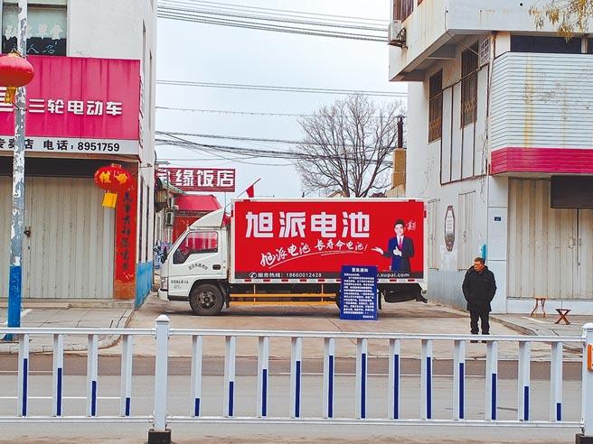 山東某社區外,以大貨車作為路障,禁止外人外車進入,並派人把關。(記者陳君碩攝)