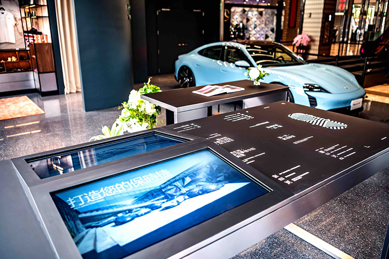 「台南保時捷都會概念店」於今日開幕便締造兩項世界第一!它不僅是全球第一座採用保時捷最新Studio概念店設計,內部更配置最先進新穎的VR科技產品體驗亮點。