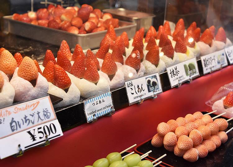 各種口味草莓大福排排站。一串串的日本白色草莓也讓人很想試試呢。