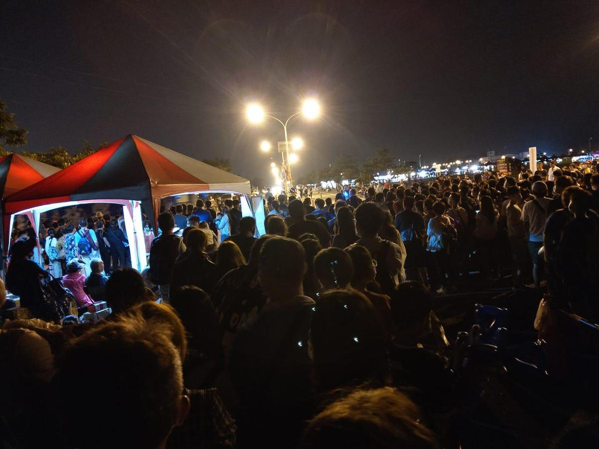 民眾抱怨現場疏散未見清楚指示牌,甚至在等候接駁車的人龍中竟出現插隊人潮。(翻攝自臉書)
