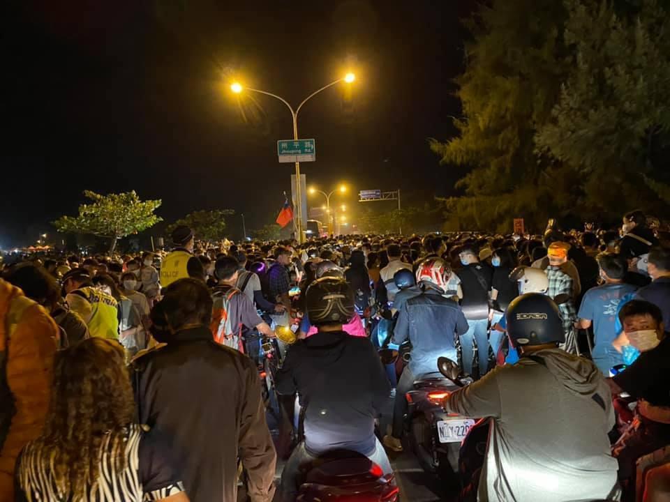 民眾稱,不只接駁車有問題,就連機車族也塞在道路上。(翻攝自臉書)