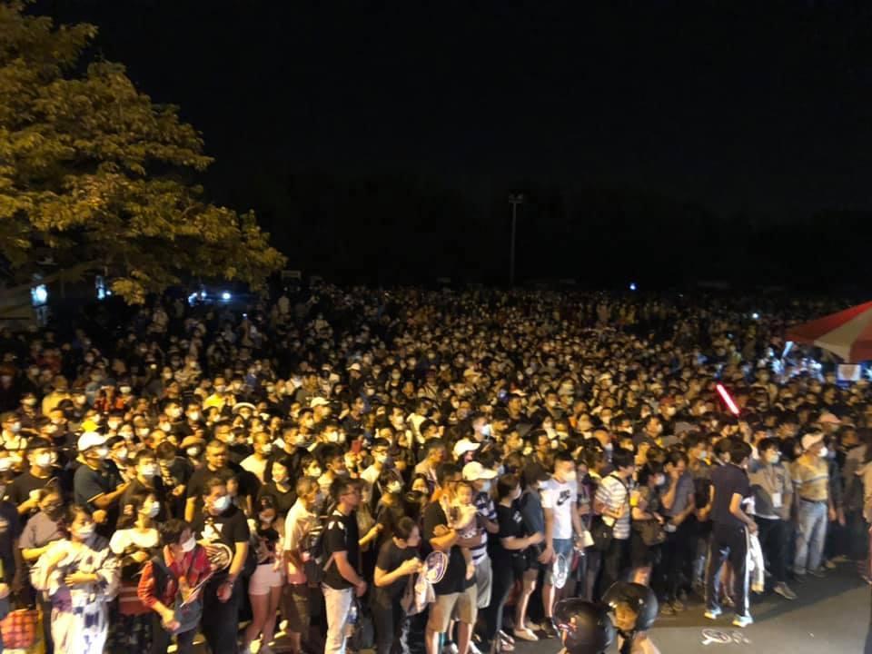 民眾表示,乖乖等候接駁車反而成了「大型罰站現場」。(翻攝自臉書)