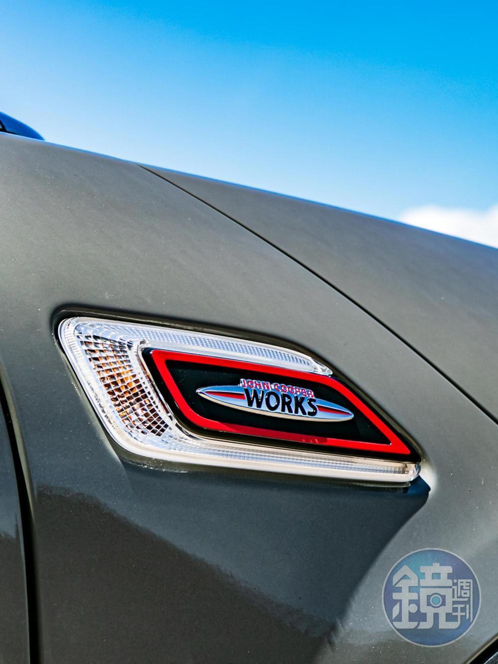 搶眼的「JCW 專屬徽飾」隨處可見。