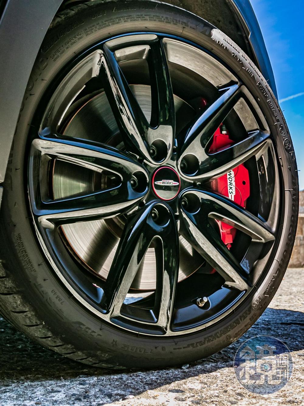 標配全新JCW Grip Spoke 5 輻雙肋飾造型黑色鋁圈,而且還選配「JCW 懸浮式定軸輪圈蓋」。