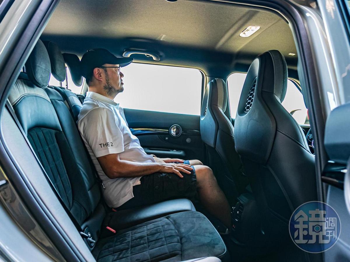 後座乘坐起來還算舒適,但頭頂會有些壓迫感。