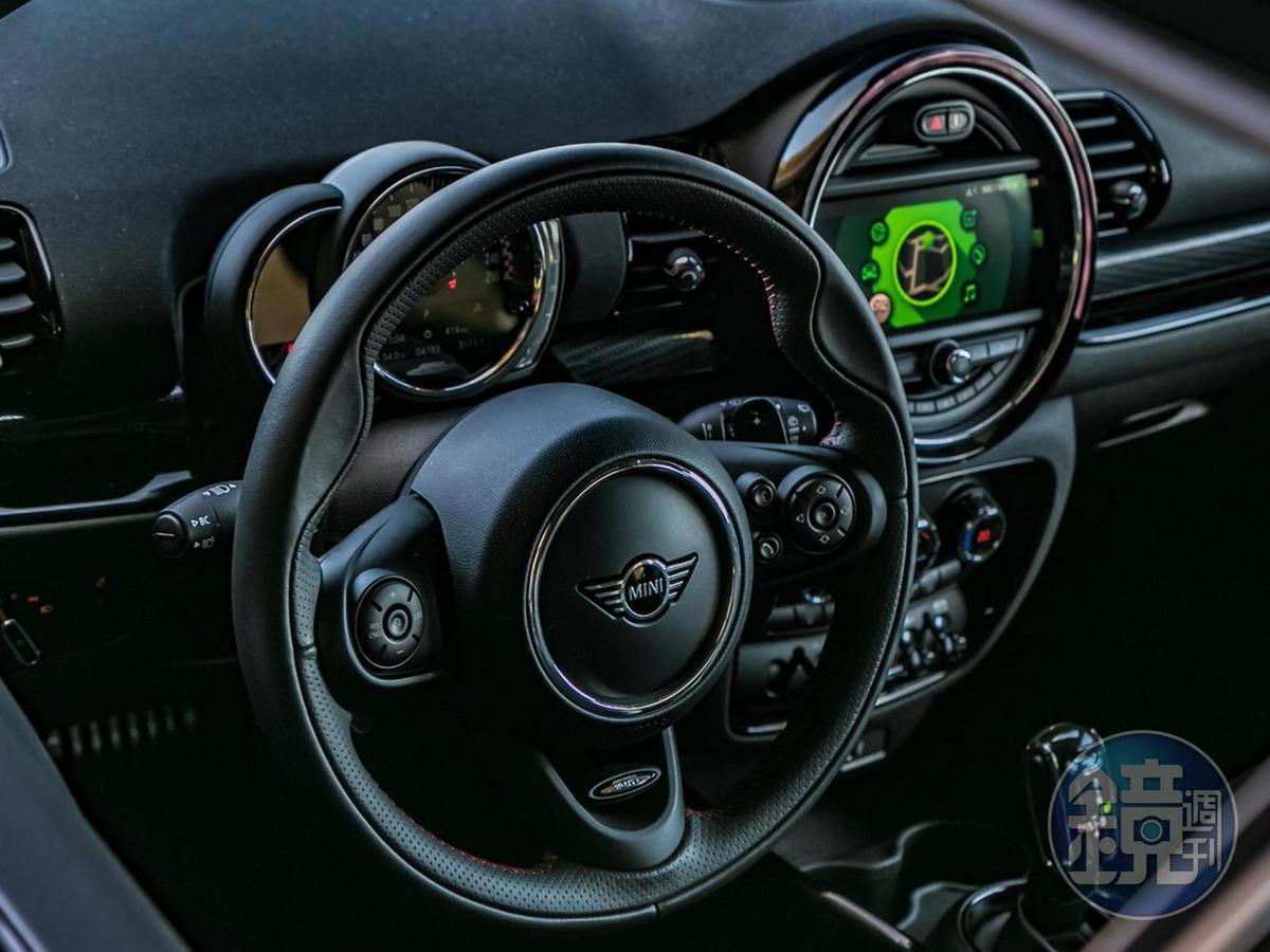 JCW 跑車式多功能真皮方向盤。