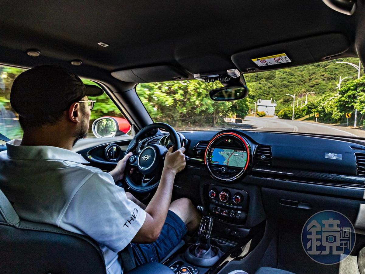 方向盤手感明顯重手到有像開 Go-Kart 的感覺,但相對的也帶給了駕駛更清晰的手感與路感,駕駛樂趣遠較被電子系統「稀釋」掉其他車款有趣許多。