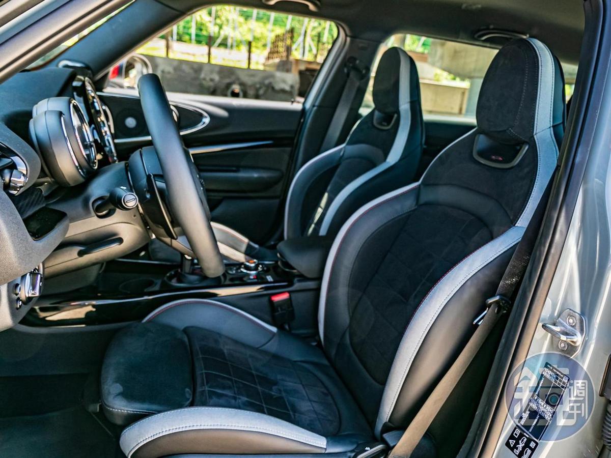 前座的雙 JCW 桶型賽車 Dinamica 麂皮座椅,讓人一入座就開始熱血沸騰。