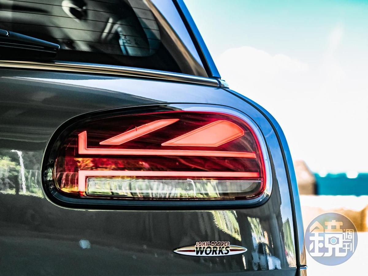 Union Jack LED 英國旗尾燈組,以LED光條來排列出英國的米字旗造型,並同時融入了倒車燈與煞車燈功能。