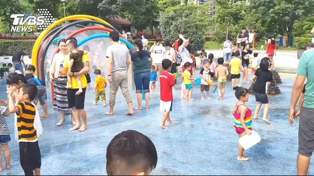 圖/TVBS 玩瘋了!南寮親子沙灘再度開放 民眾戲水樂