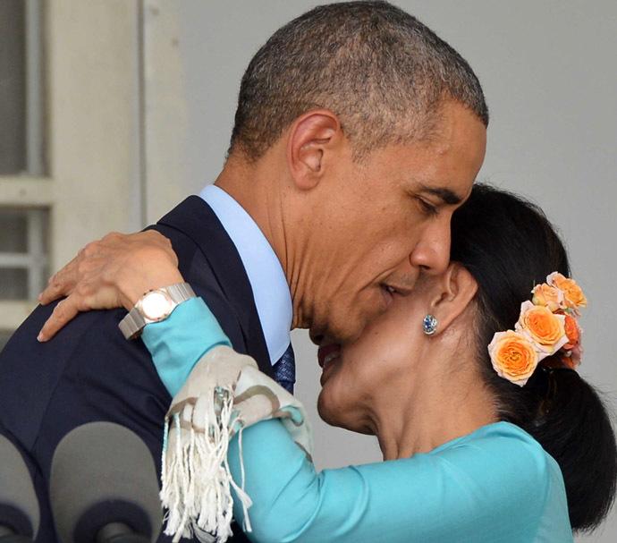 Tổng thống Obama ôm góa phụ Myanmar qua báo Nga, báo Mỹ