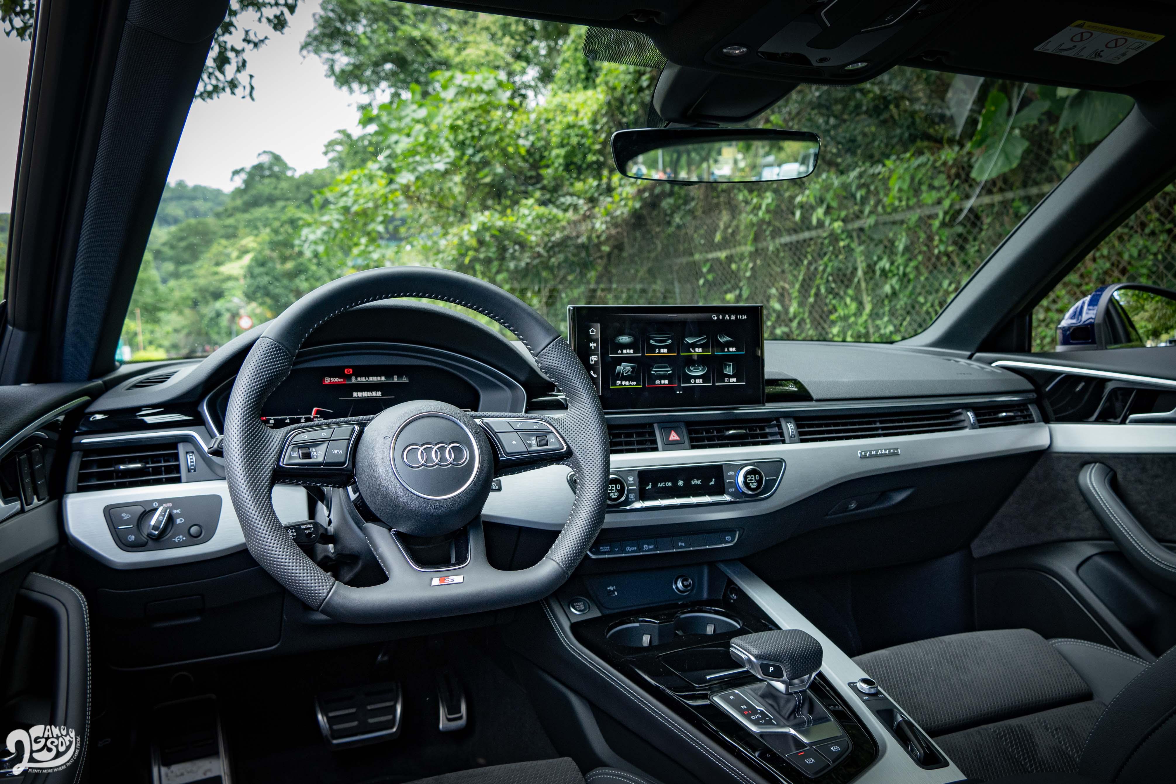 試駕車選配 S line 內裝套件,擁有 Alcantara / 真皮組合和隨處可見的 S 符號。