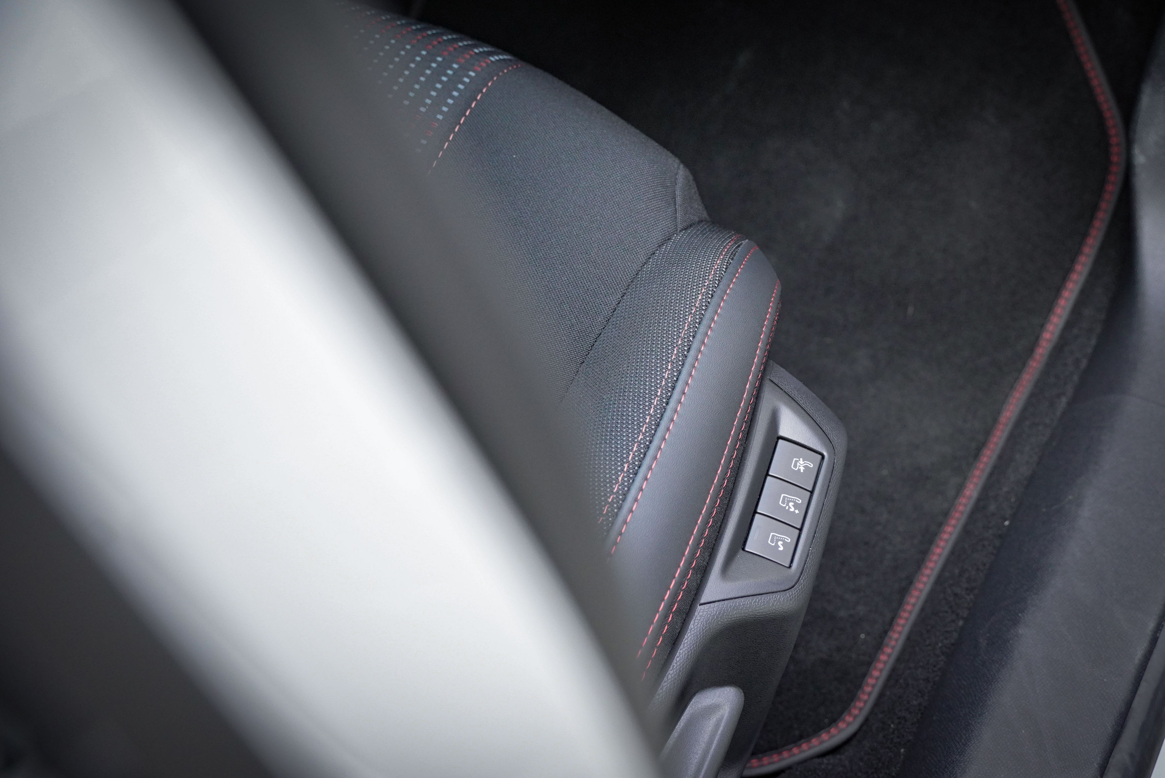 前座配備按摩功能及電動腰靠。