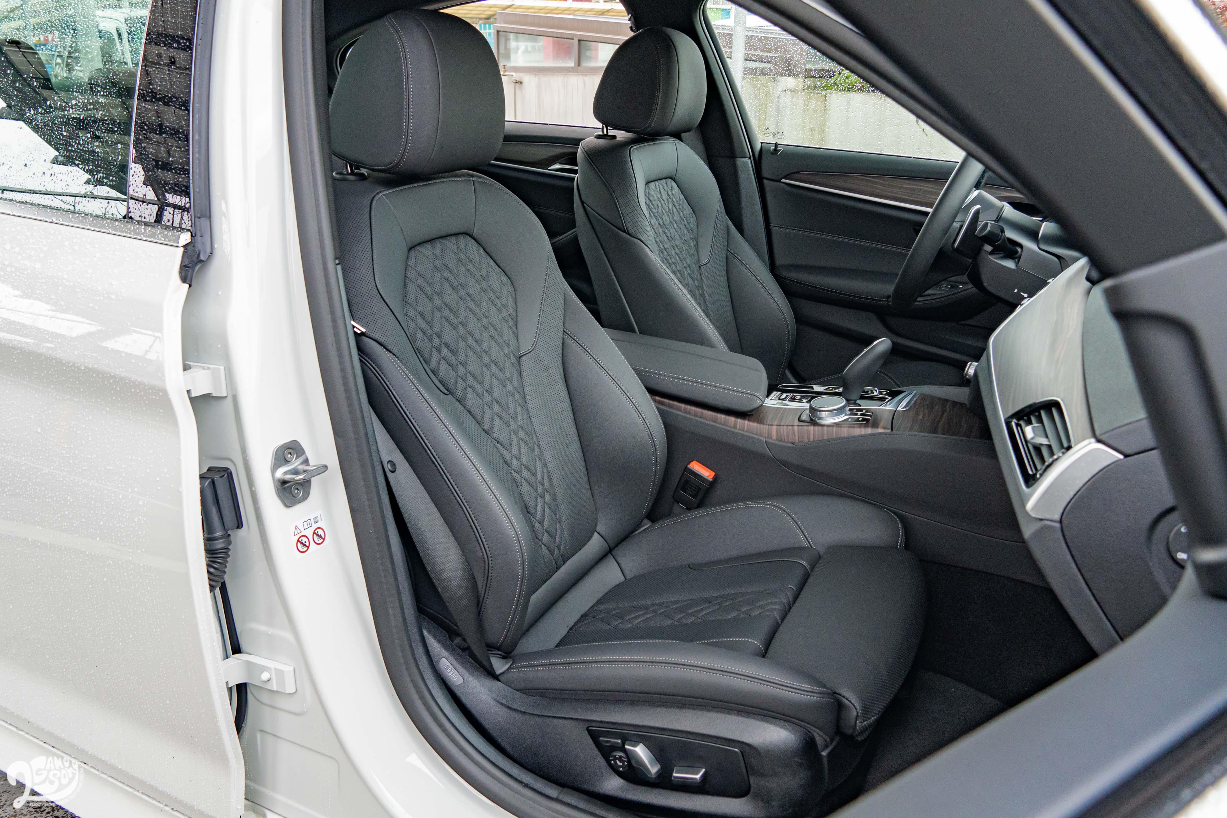 520i M Sport 標配雙前座跑車座椅。