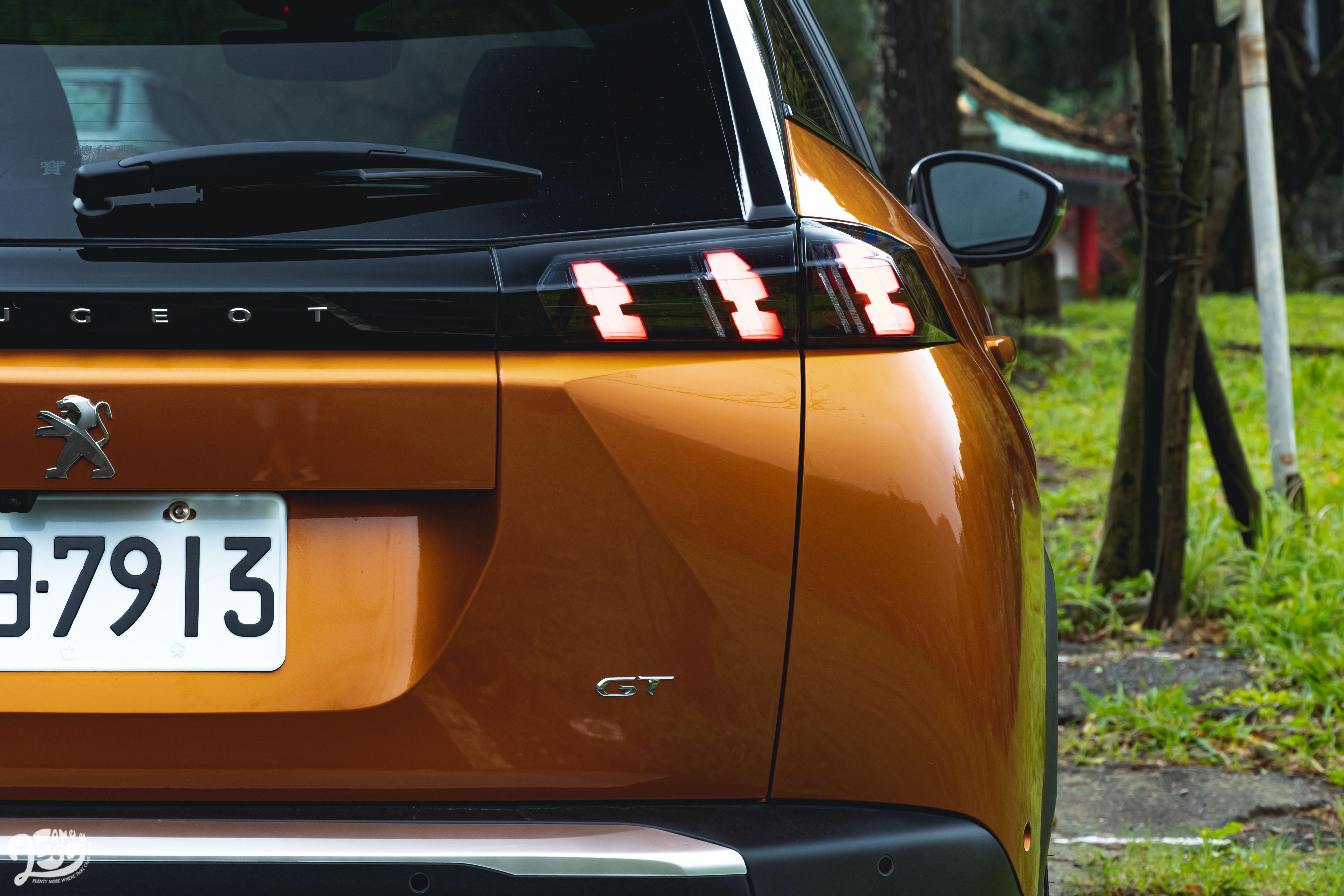 呼應車頭的獅爪燈,和趕流行的橫幅「PEUGEOT」字樣。