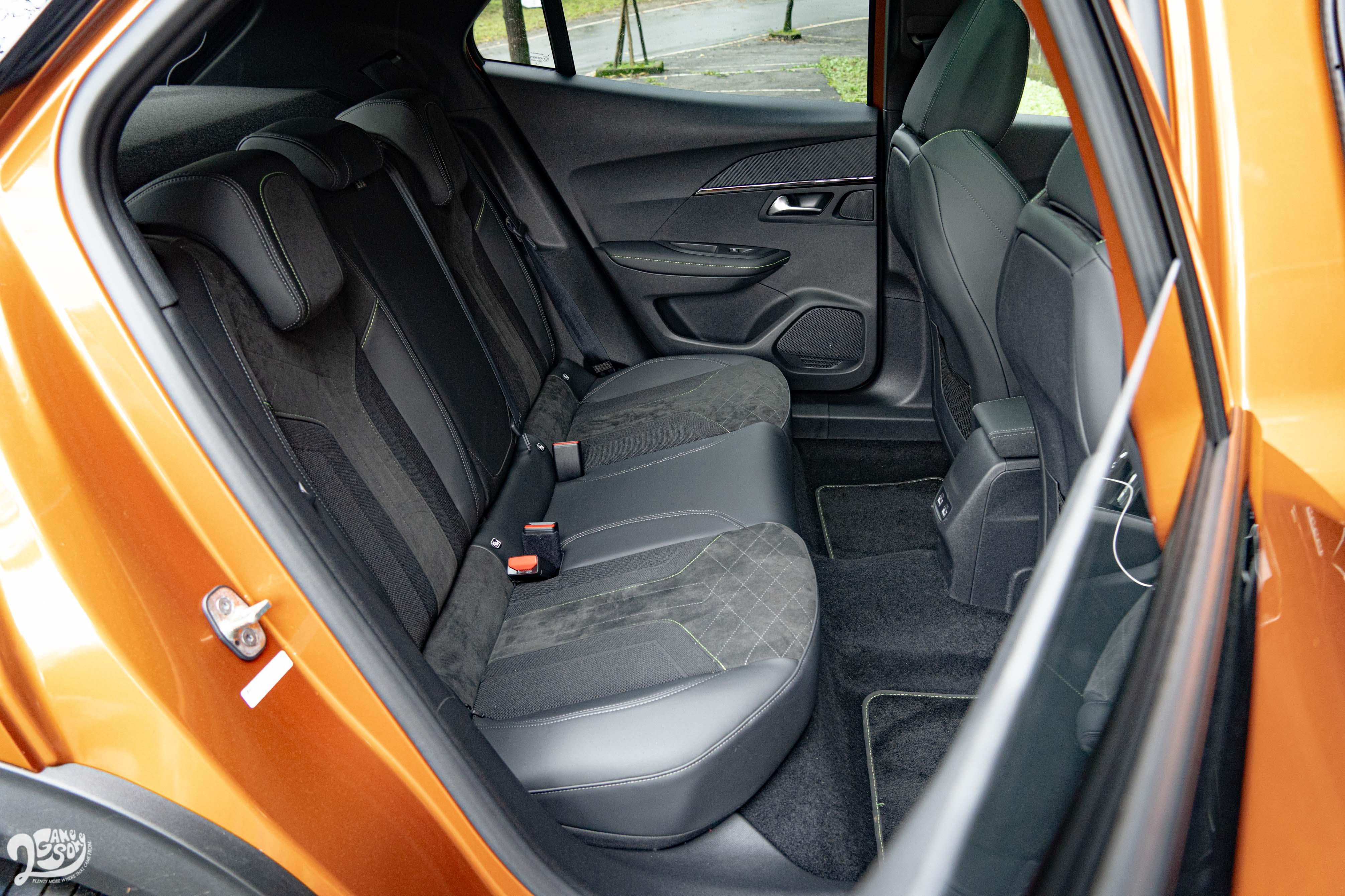 後座少了出風口,且車窗開口相對小。寬敞的乘坐空間和較傾斜的椅背角度,明顯替乘坐舒適加分。