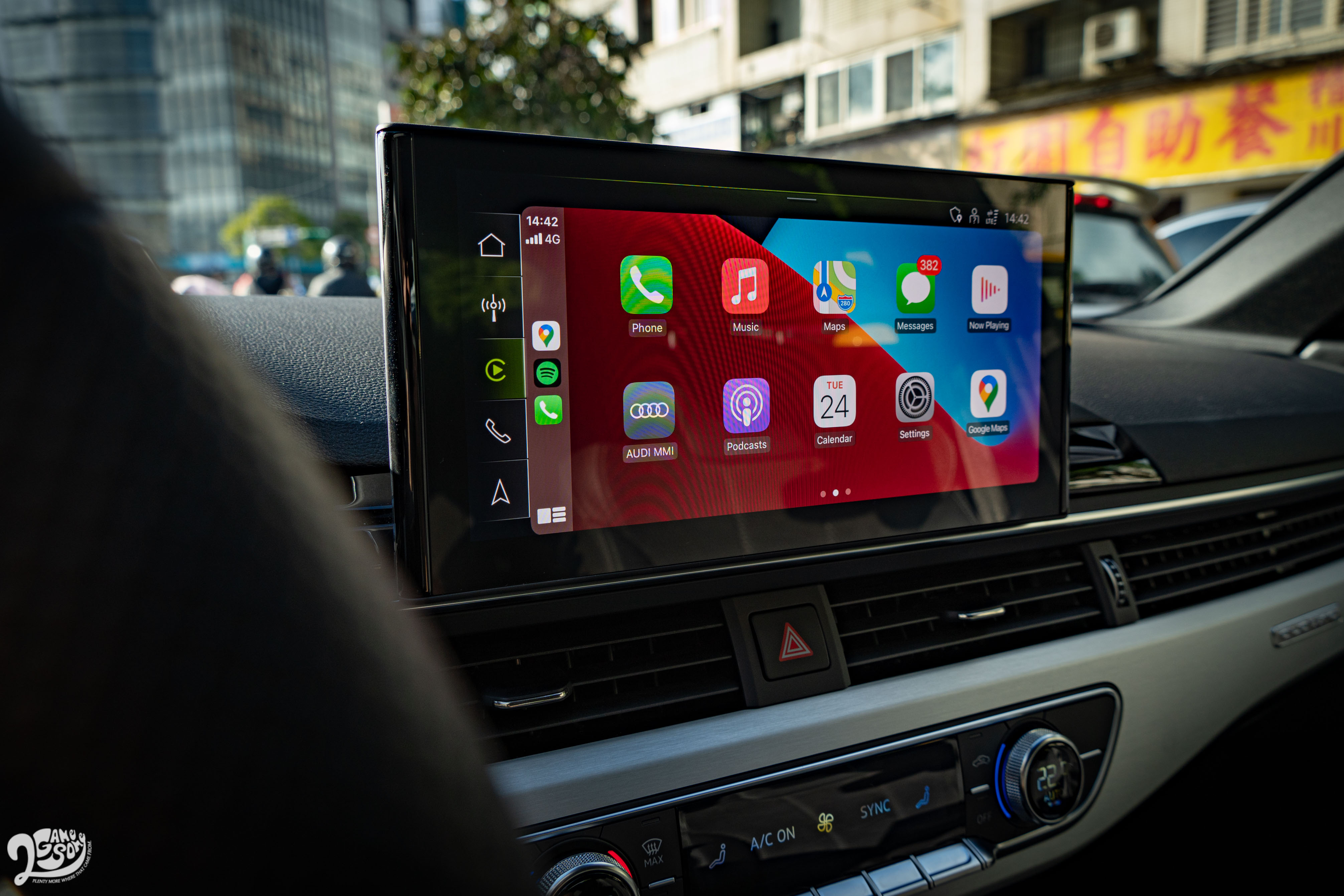 10.1 吋中控螢幕支援 Apple CarPlay 與 Android Auto。