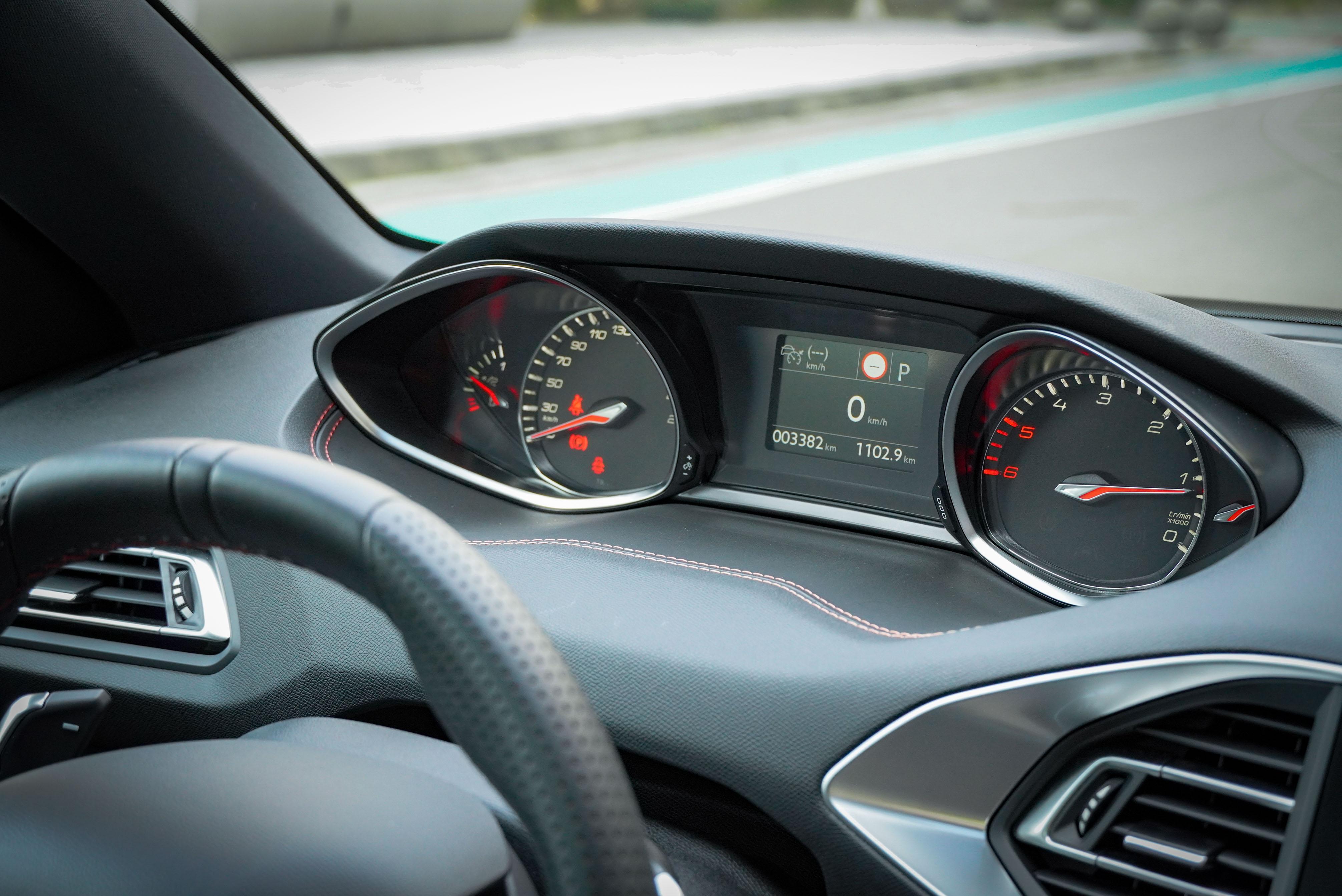 懸浮式抬頭顯示儀錶板是 Peugeot 獨特的設計。