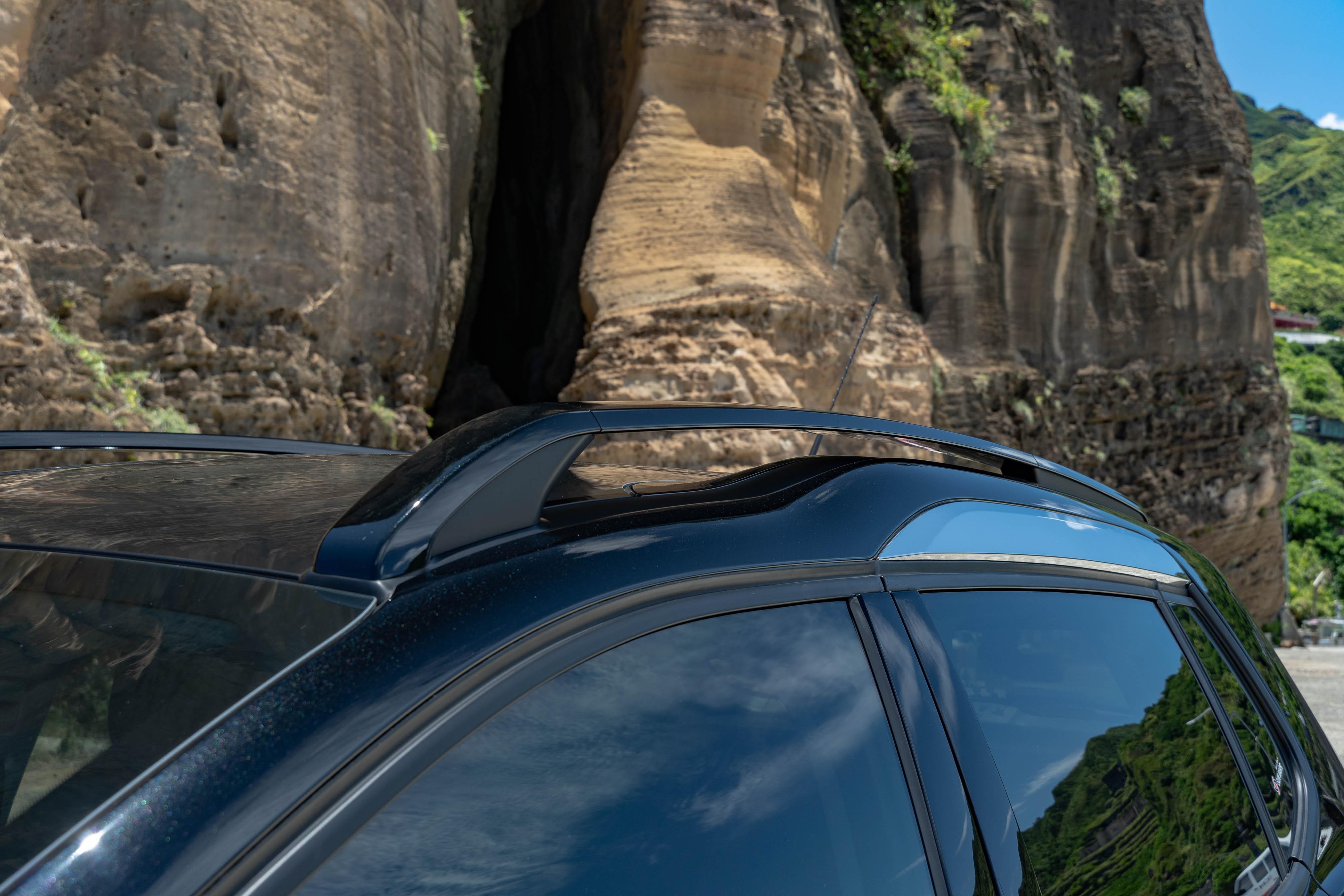 車頂擁有獨特的突起設計,搭配鍍鉻飾條。
