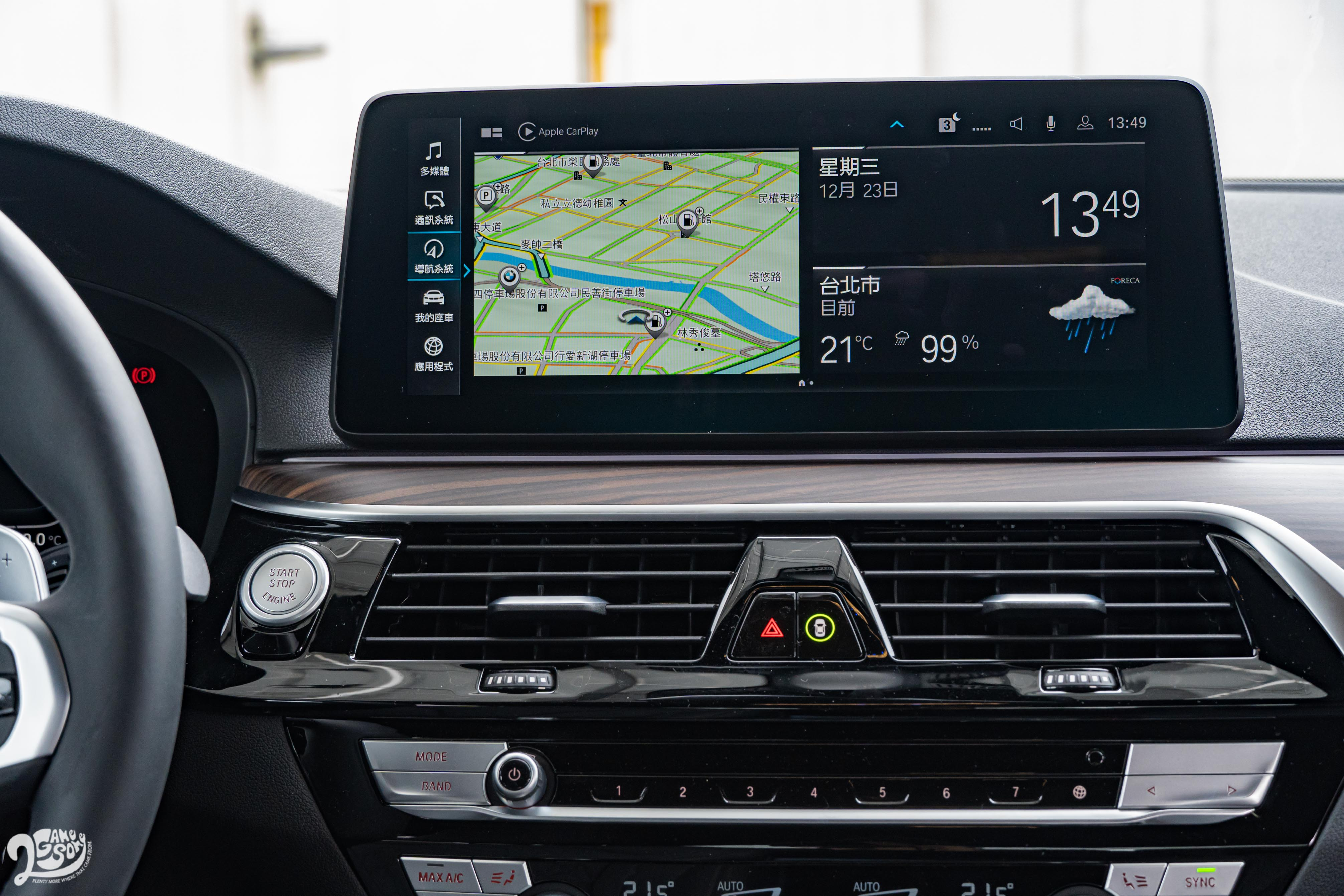 同為 12.3 吋的中央觸控螢幕支援無線 Apple CarPlay 或 Android Auto。