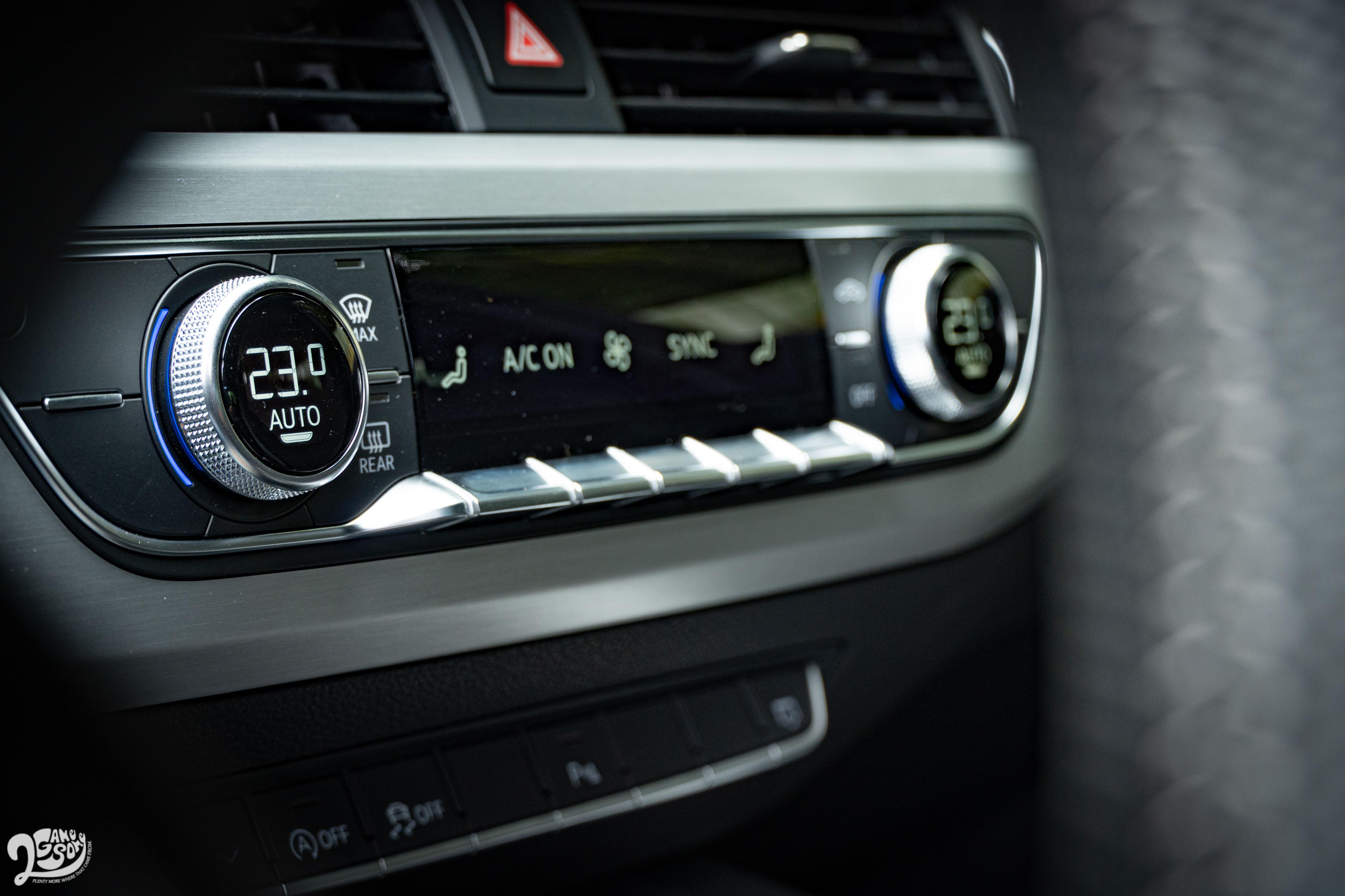 調控制還保留實體旋鈕和按鍵,但巧妙地在旋鈕中安插數位溫度顯示