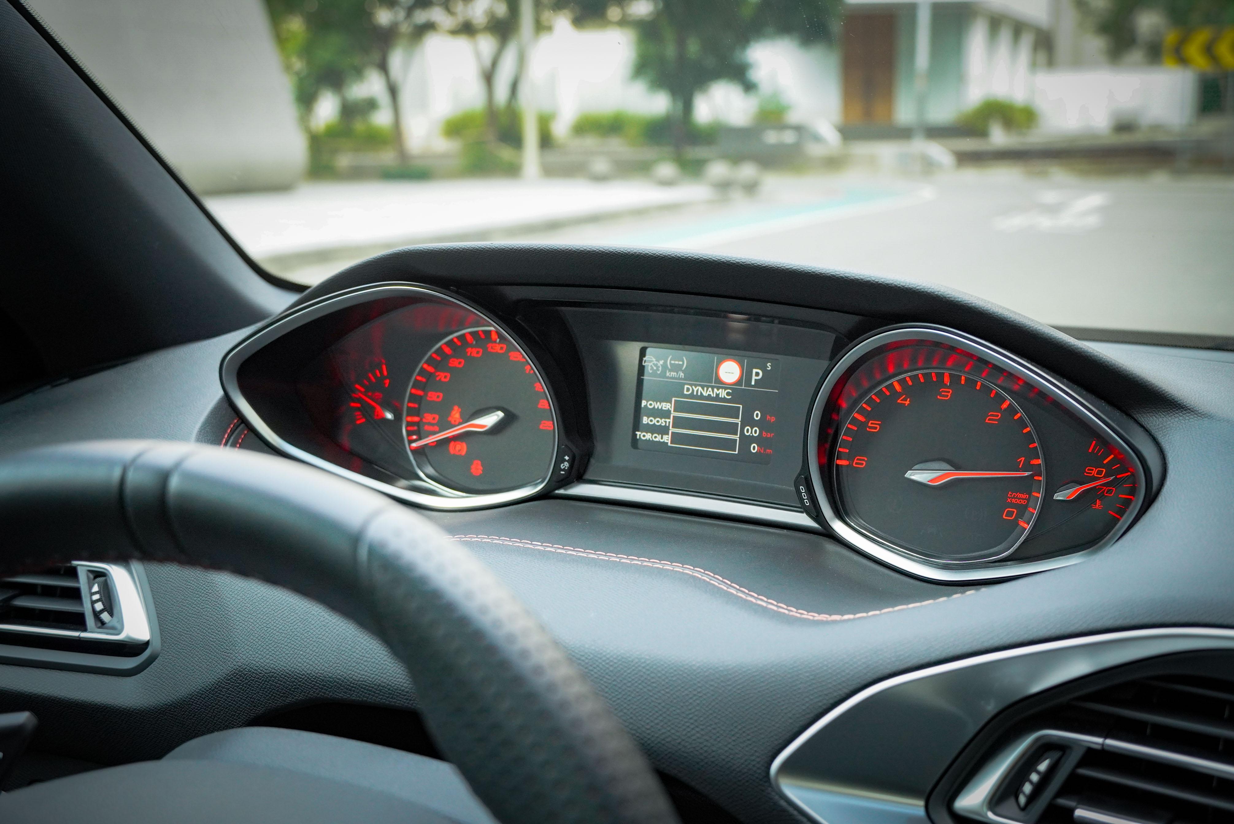 運動模式的儀表板會以紅色顯示,中央同時顯示即時即時動力輸出與增壓值。