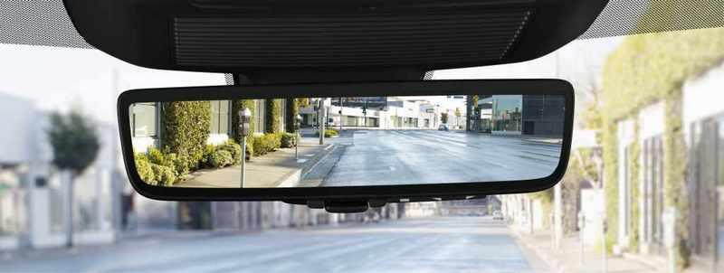 車內後視鏡也配置電子式,透過攝影鏡頭提供更清晰視野。