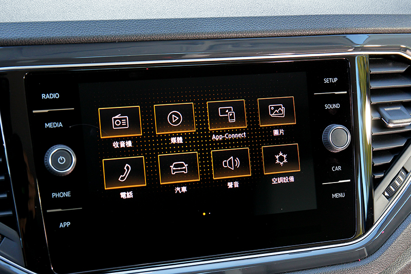 雖然不是高規車型但同樣配有8吋螢幕與Apple CarPlay/Android Auto功能。