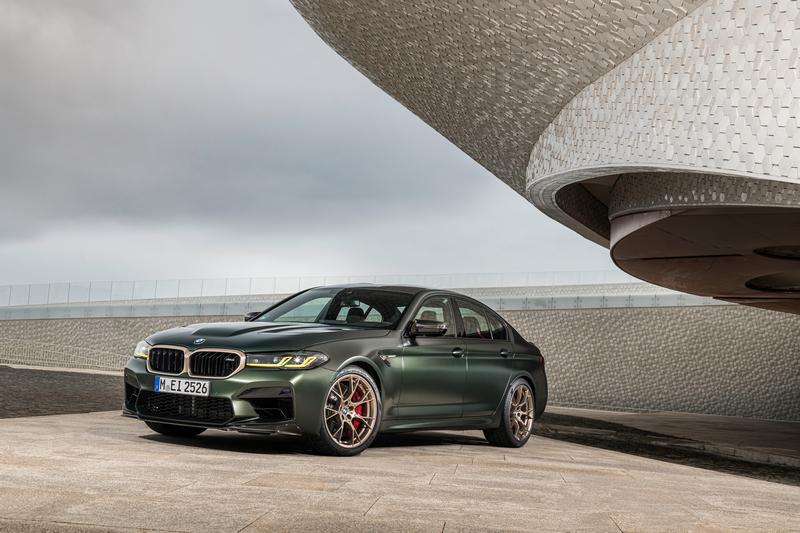 BMW M5 CS於引擎蓋、後視鏡、前後下擾流都採用碳纖維材質。