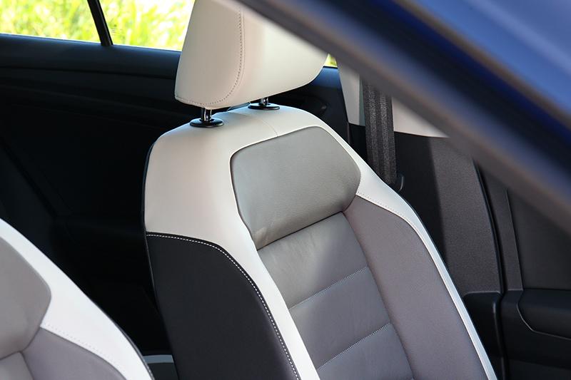 配備另一明顯差異就是座椅為真皮座椅,而不像330 TS配置類麂皮運動型座椅。