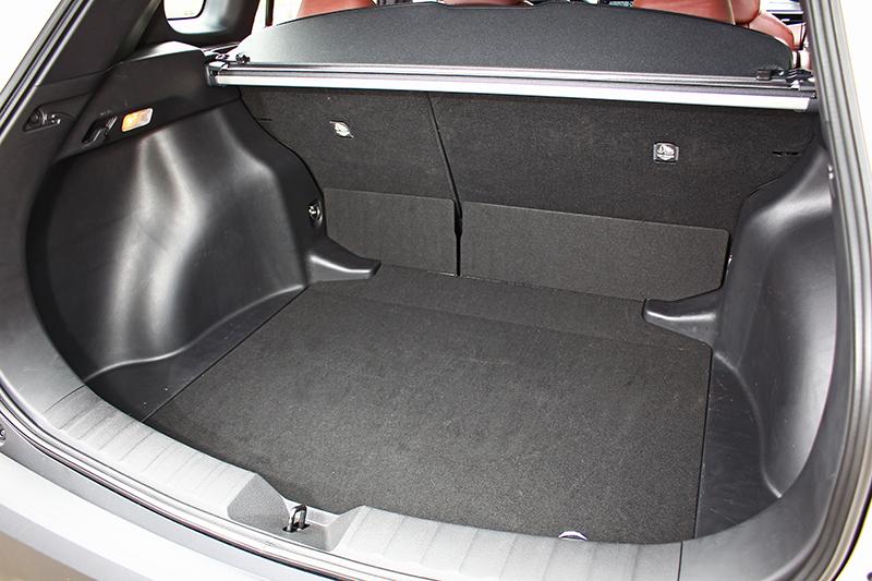 行李廂足有487升容積,若將可6/4分離的後座椅背前傾,更可創造卓越置物機能。