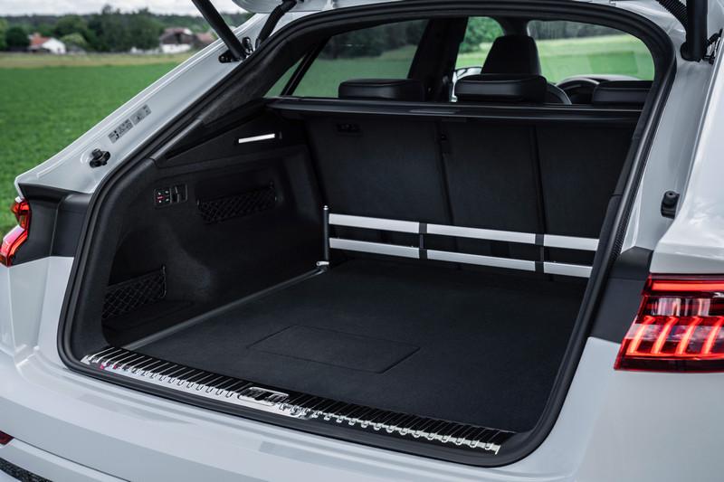 Q8 TFSI e行李廂置物空間擁有505~1625容積。