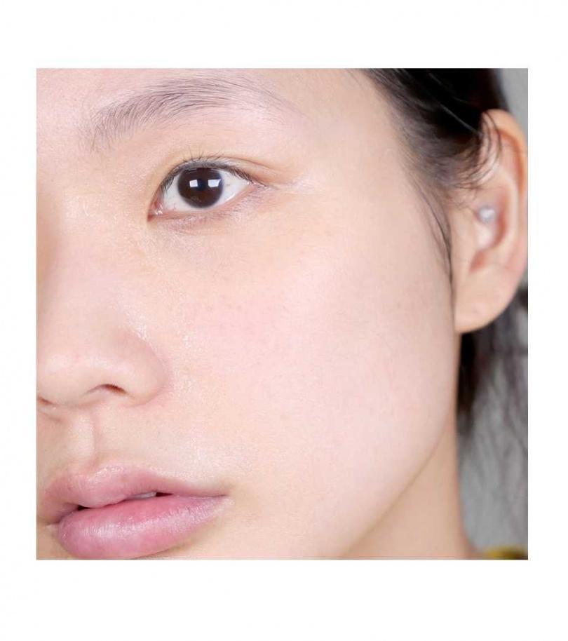 洗完臉後什麼都不擦,先觀察一下自己的肌膚變化。(圖/IG@lindsey_eo)