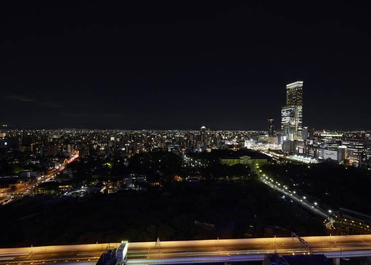 站上87.5公尺高的「通天閣」5樓,享受來自遠方阿倍野HARUKAS帶來的視覺饗宴