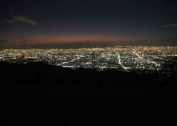 右手邊是大阪平原,左手邊則是奈良縣中部