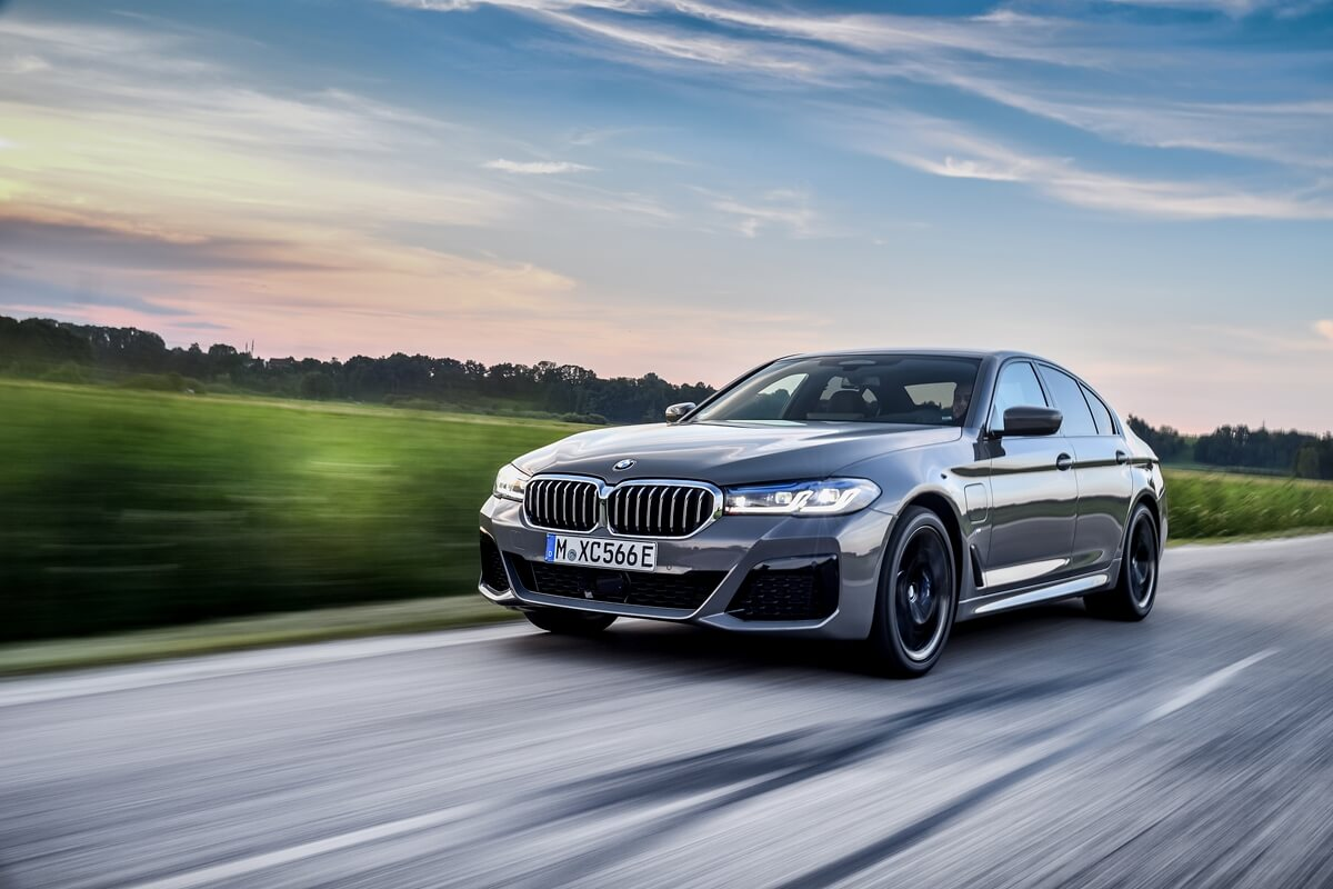 P90395456_highRes_the-new-bmw-545e-xdr.jpg