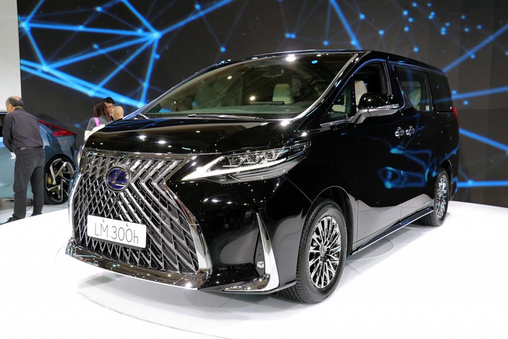 2020-370-lexus-lm300h