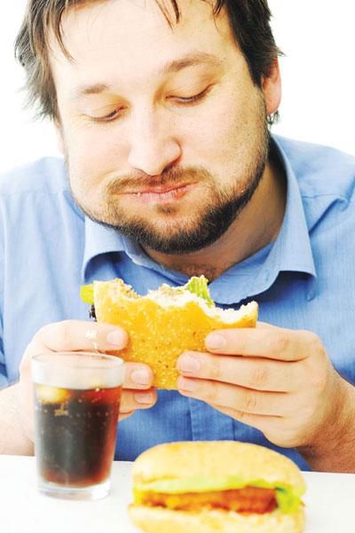 Rối loạn ăn uống - minh chứng bằng kén ăn hoặc ăn uống quá độ - cũng có xảy đến với đàn ông - ảnh: Shutterstock