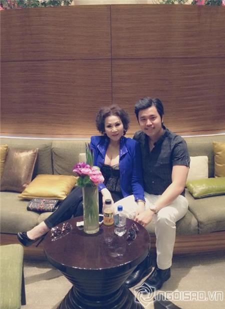 Người tình U60 của Vũ Hoàng Việt khoe vòng một gợi cảm