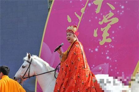 Cưỡi bạch mã và hát ca mưu sinh ở tuổi 56. Ảnh: Ifeng.