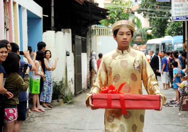 Phù rể nhỏ tuổi nhất của đoàn bê tráp với món quà đặc biệt dành cho cô dâu Tăng Thanh Hà.