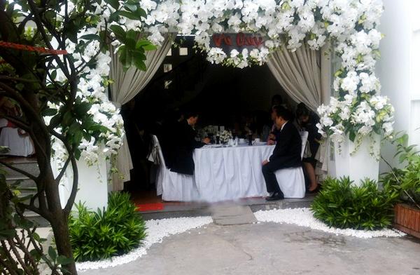Tại gia đình cô dâu Tăng Thanh Hà, một chiếc cổng hoa lan trắng lớn được dựng lên với tấm biển vu quy như lời thông báo hỷ sự.
