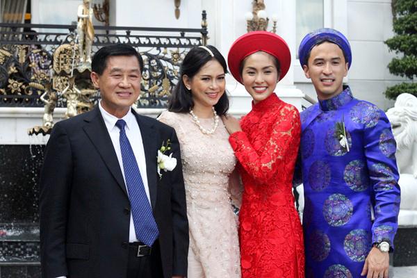 Đôi uyên ương chụp ảnh cùng bố mẹ của chú rể Louis Nguyễn. Trong lễ đón dâu, gia đình chú rể không kiêng kỵ việc mẹ chồng phải tránh mặt mà