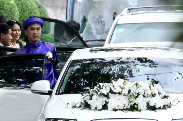 Xe hoa cũng là xe trắng, được trang trí bằng hoa lan đơn giản.