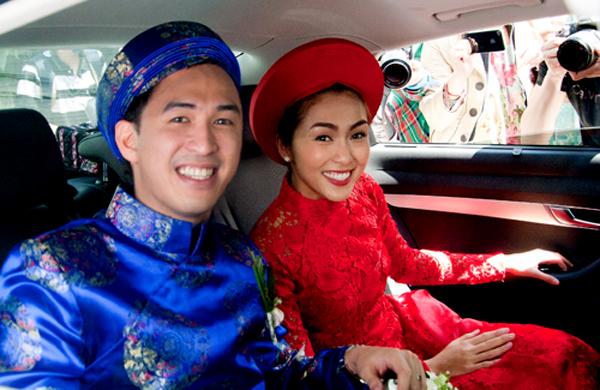 Cô dâu chú rể với trang phục nổi bật lên đường về nhà trai làm lễ.