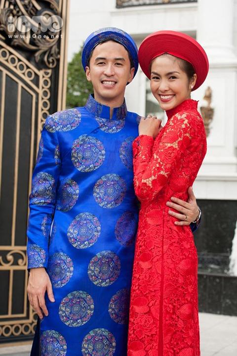 Tại nhà trai, cô dâu cũng ra mắt quan khách và thực hiện các nghi lễ cưới truyền thống. Sau đó, hai người không quên ghi lại những hình ảnh kỷ niệm tươi tắn, rạng rỡ.